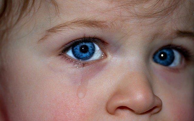 ใครรู้บอกที ทำไมเสียใจ น้ำตา ถึงไหล ร้องไห้ ทำไมต้องมีน้ำตาออกมาจากดวงตา